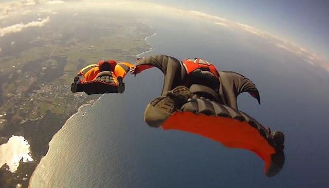 Η πτήση με wingsuit ανάμεσα μια σχισμή στον βράχο θα σας κόψει την ανάσα