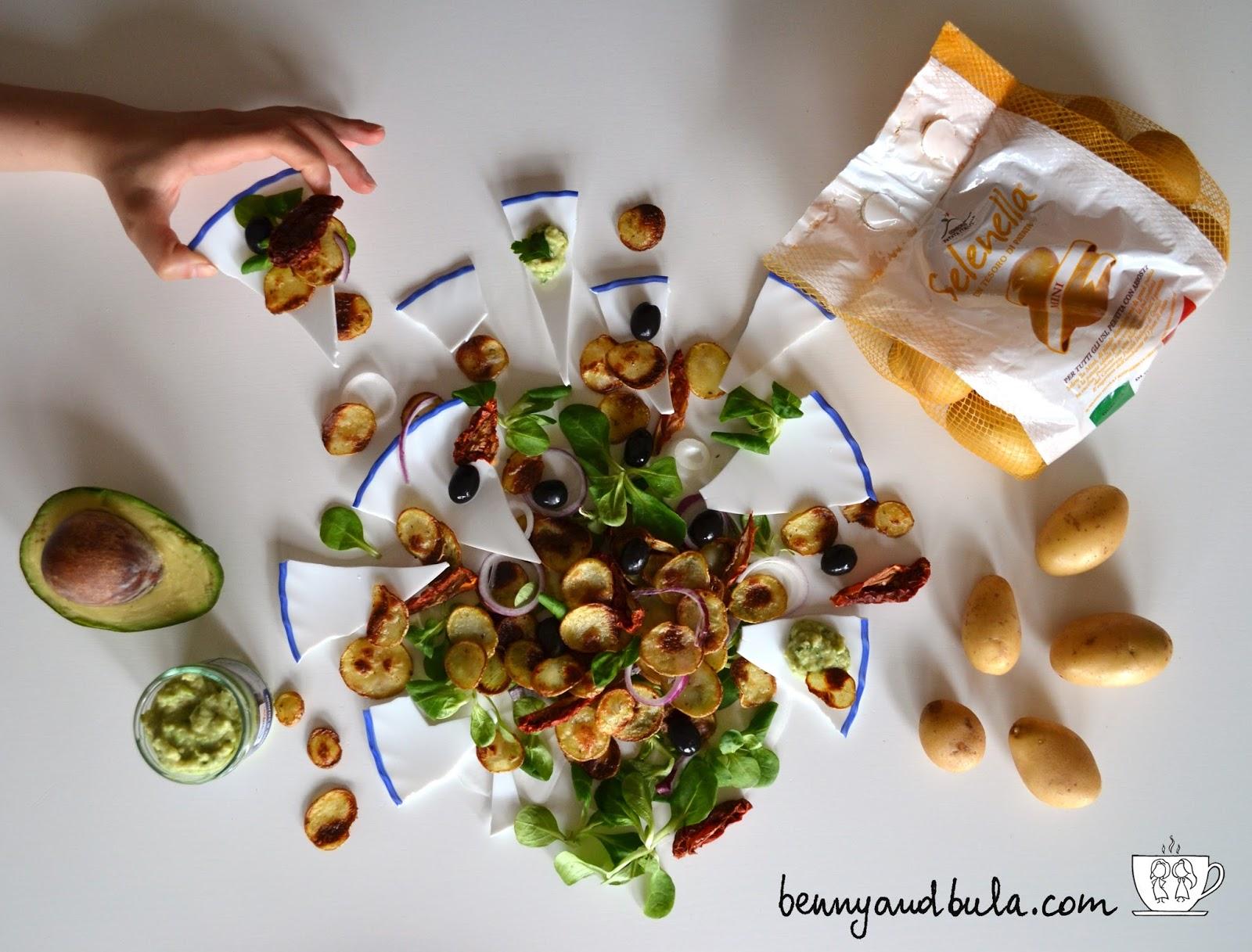 insalata greca estiva con chips di patate al forno e salsa yogurt e avocado/ greek salad
