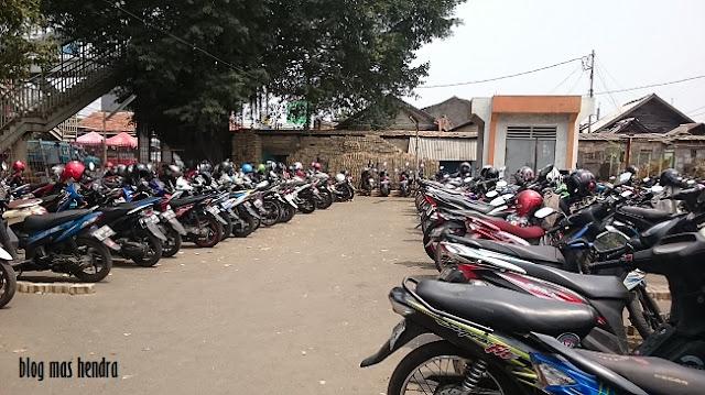 Suasana Parkiran Motor Stasiun Lenteng Agung - Blog Mas Hendra
