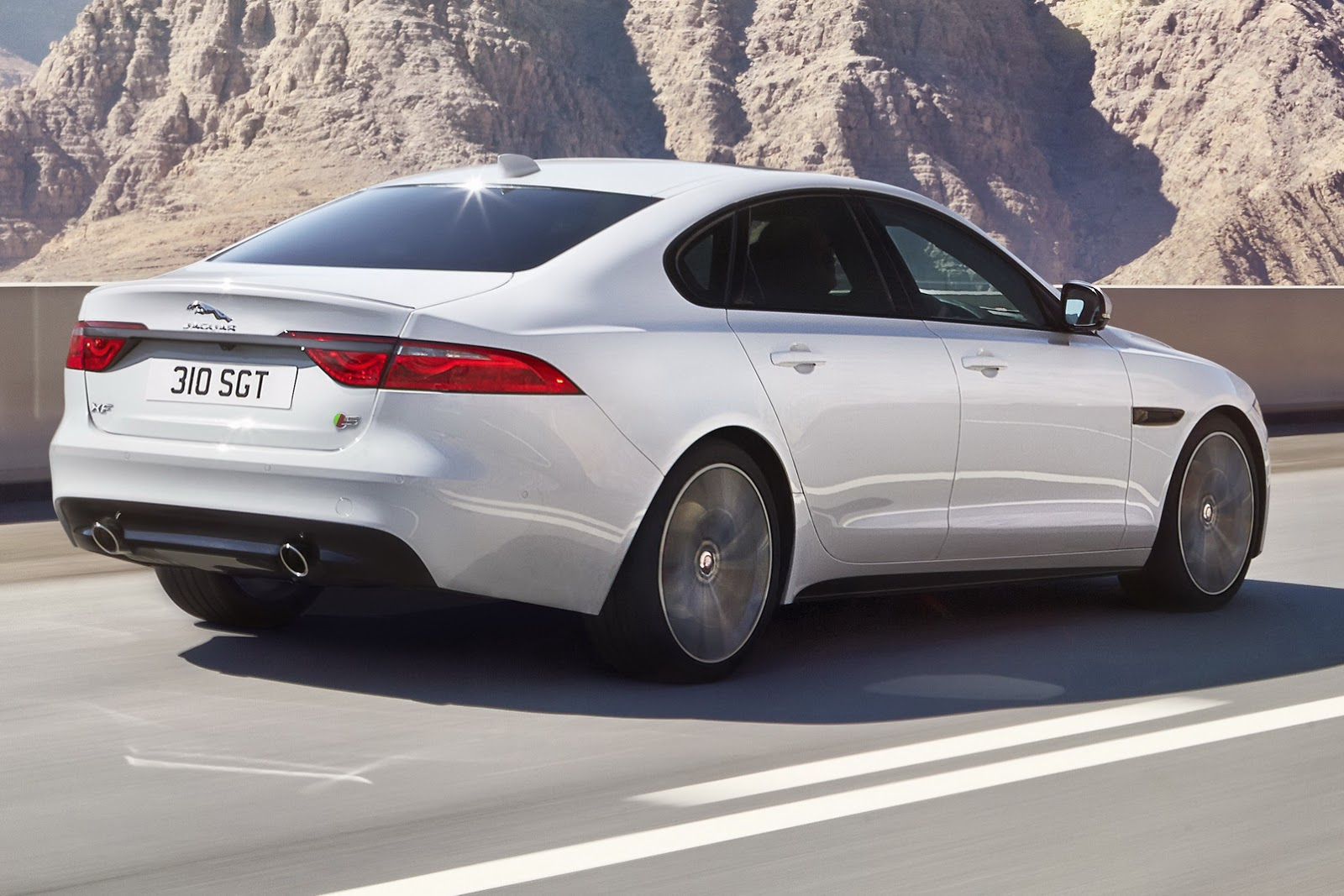 jaguar 39 s 2016 xf may be all new but it looks overly familiar carscoops. Black Bedroom Furniture Sets. Home Design Ideas