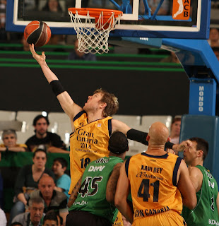 Wallace anota una canasta a aro pasado. ACB PHOTO