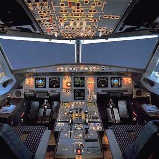 consola de mandos de un avion comercial