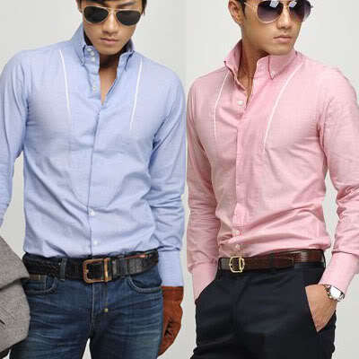 Combinar pantalones oscuros con camisas para hombre