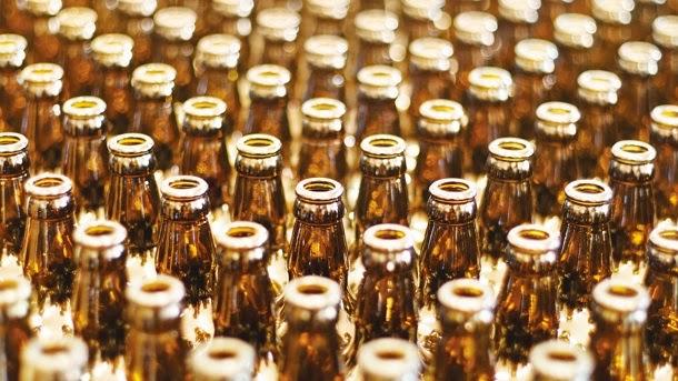 Saiba porque a cerveja é vendida em garrafas de vidro