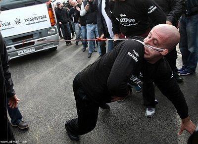 رجل يسحب شاحنة يفوق وزنها 8 أطنان بأذنه !!!!!