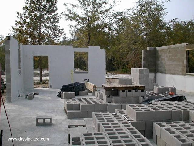 Casa en construcción con bloques de concreto