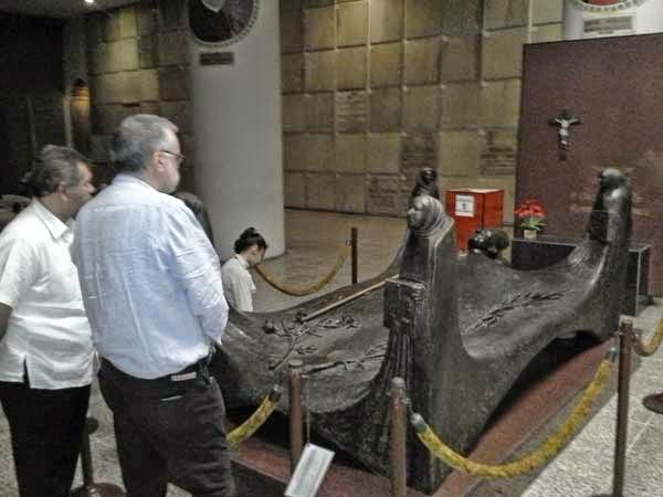 Andrea Riccardi alla tomba di mons. Romero a San Salvador