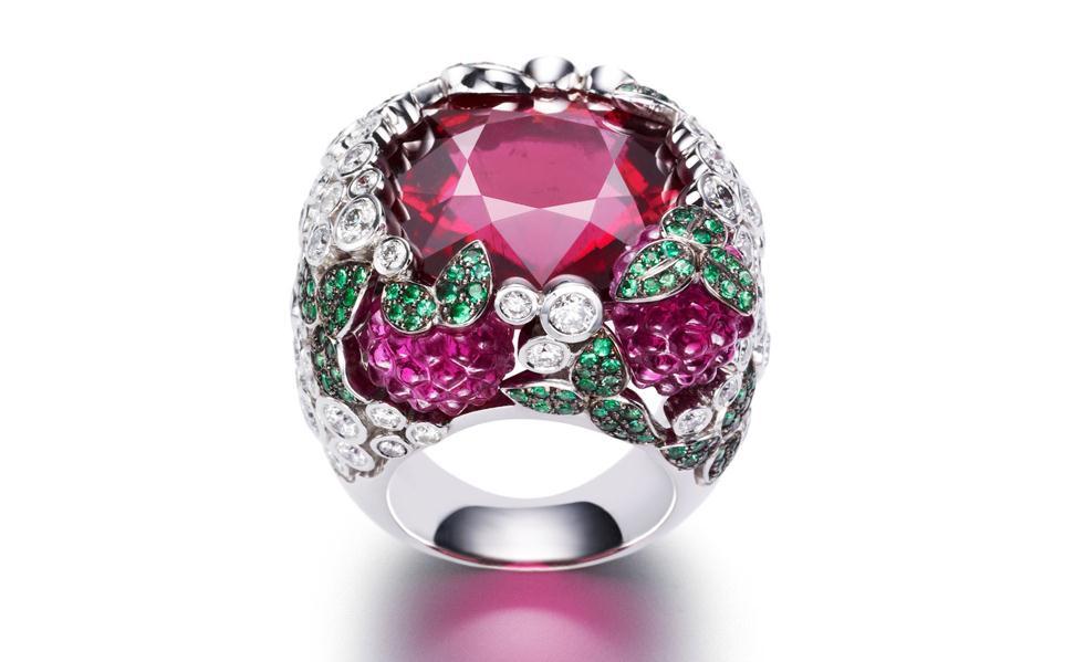 http://1.bp.blogspot.com/-KY-CBRKPrLg/Tlc_86KirEI/AAAAAAAAElo/IdRA_4rJV_U/s1600/Bridal+Cocktail+Rings+Collection+From+Piaget+Limelight+%25281%2529.jpg