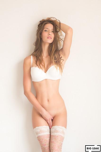 Ana Lucía Blaksley desnuda se tapa su intimidad