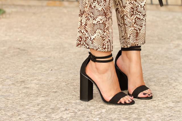 Sandalias de Zara negras tacón alto y uñas color granate oscuro