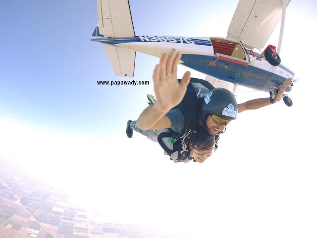 Amazing Pictures : Model Awn Seng Goes Sky Dive in USA