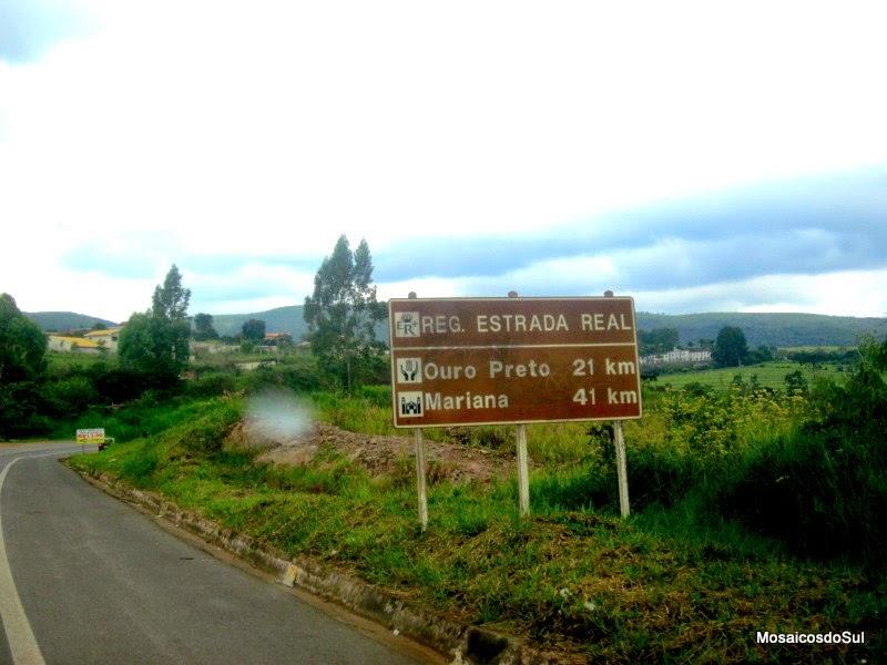 Foto da Placa de Trânsitindicando Ouro Preto e Mariana