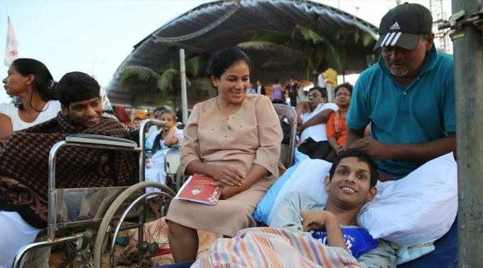 O sorriso de Romello: Jovem deficiente físico dormiu na praia para ver o Papa Francisco de perto