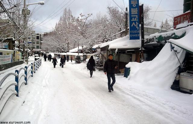 Calle de Seúl nevada