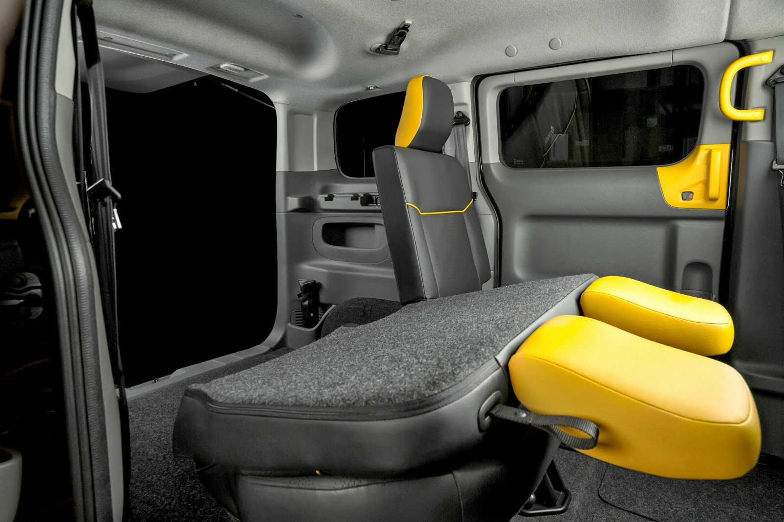 Nissan debuts e nv200 electric taxi for barcelona