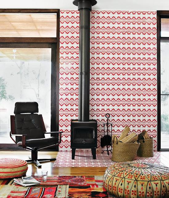 Designklassiker-Möbel und Leuchten: Eames Chair und Semi Light Pendelleuchte mit usbekischen Stoffen, tunesischen Fliesen und Ikat-Teppichen