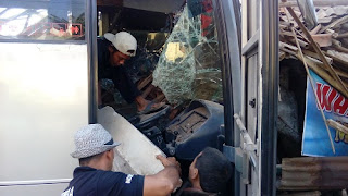 Hindari Pemotor, Bus Sruduk Dua Rumah, Satu Kritis