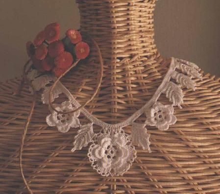 Gargantillas en crochet. Que preciosidad esto que encontré, se ve delicado, femenino y muy fácil.