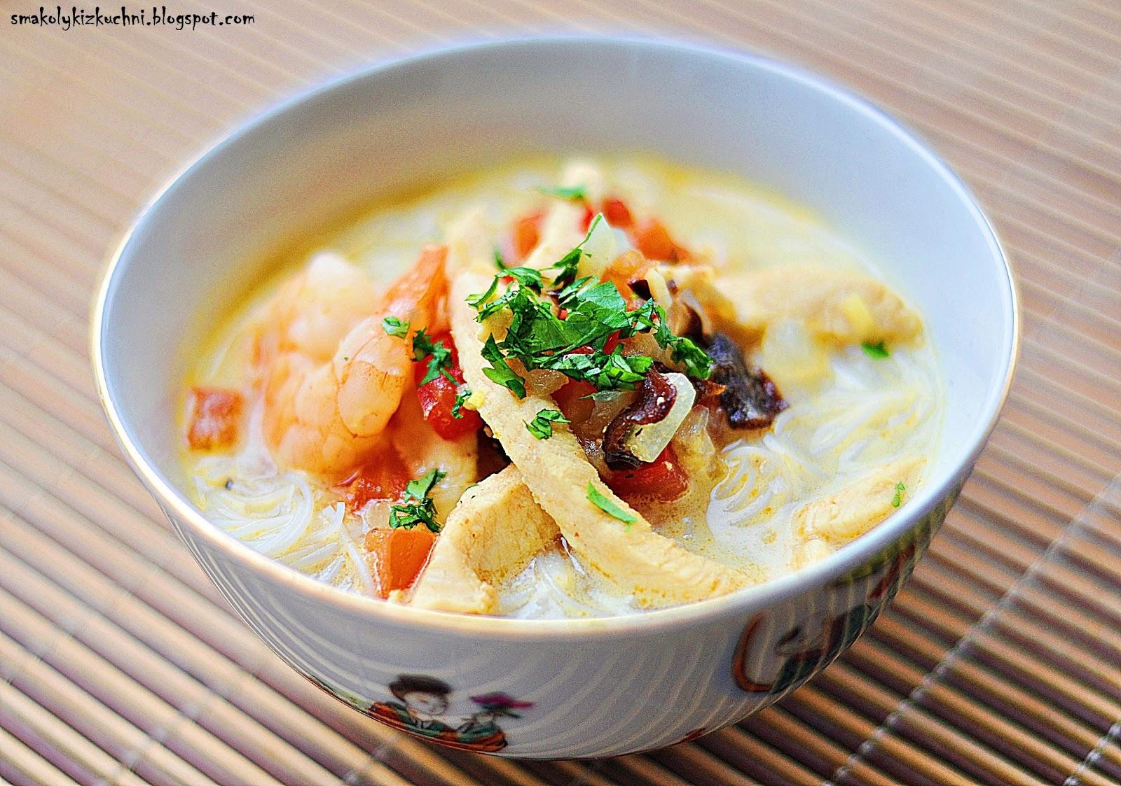 Orientalna Zupa Z Krewetkami Kurczakiem I Mlekiem Kokosowym