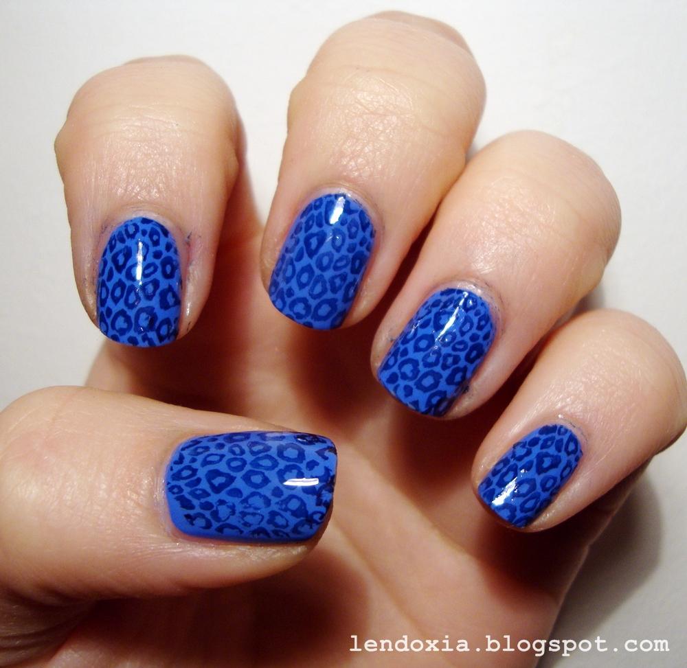 plava manikura sa stambiljima