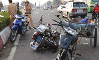 Người phụ nữ đi ngược chiều làm 2 cảnh sát bị thương nặng