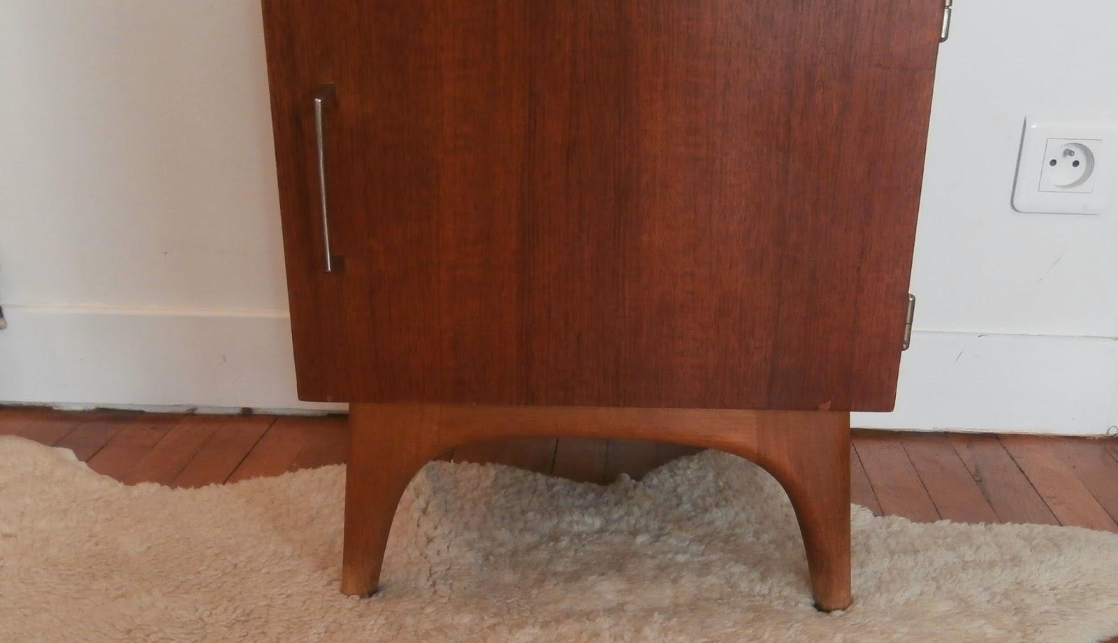 dur e de vie ind termin e table de chevet rouge. Black Bedroom Furniture Sets. Home Design Ideas