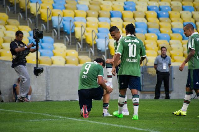 """Fred """"encera"""" as chuteiras de Cícero. Dupla marcou os gols da vitória do Flu sobre o Figueira. (Foto: Bruno Haddad/Fluminense FC)"""