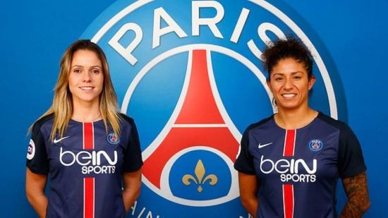 Érika e Cristiane posam com a camisa do Paris Saint-Germain, onde serão companheiras
