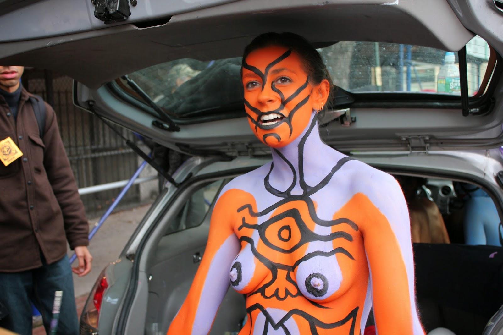 hermosos diseños de pintura corporal sobre el cuerpo de una mujer