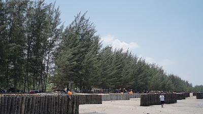 Pantai Lamaru semakin ramai di hari libur