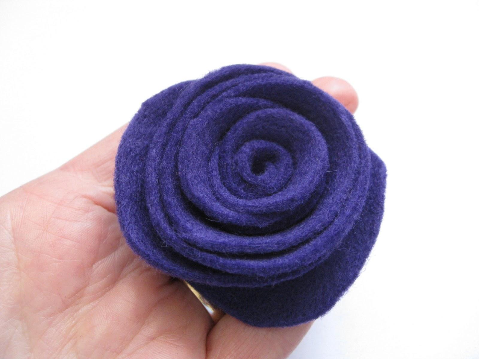 Big blue bed simple felt rose tutorial for Tutorial fermaporta di stoffa