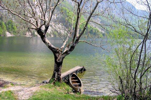 Lago, montañas y pequeño bote - Paisaje