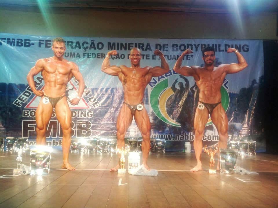 Alesson Lopes, à direita, no pódio do Campeonato Mineirão de Bodybuilding 2015. Foto: FMBB