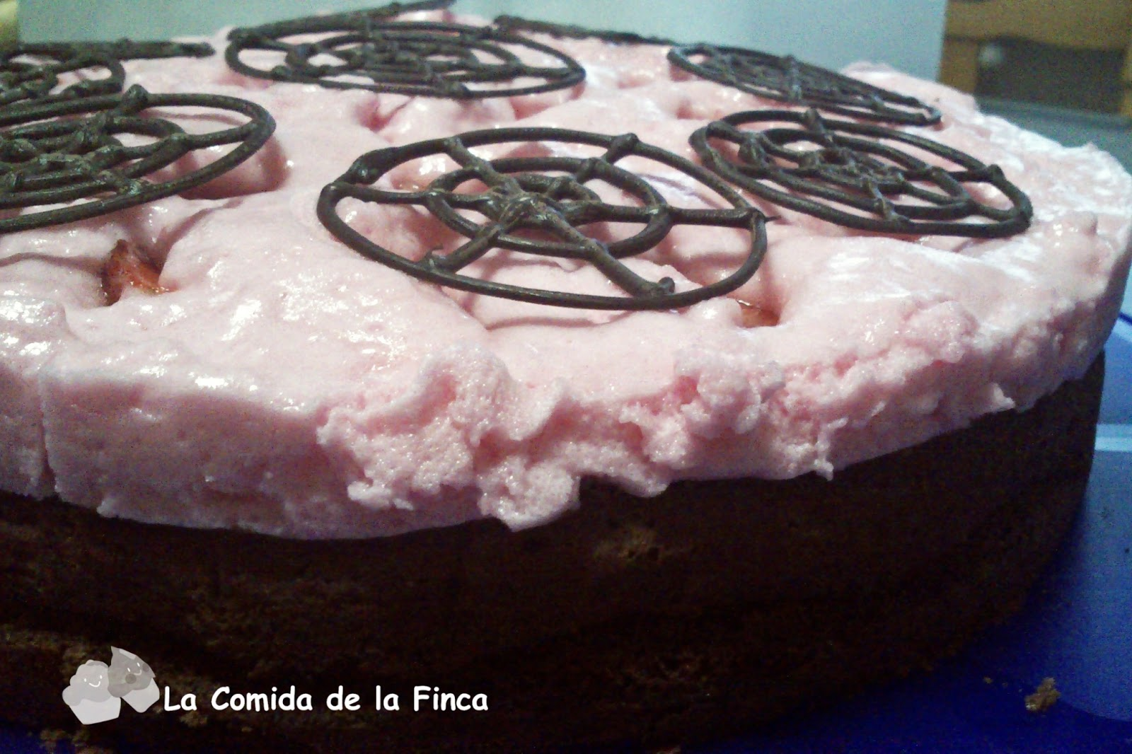 Bizcocho de chocolate con espuma de fresas