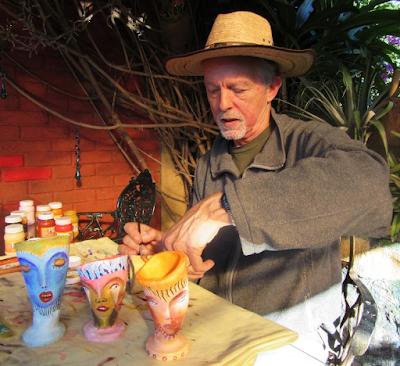 Andrew Carhartt trabajando para su exposición en Pátzcuaro