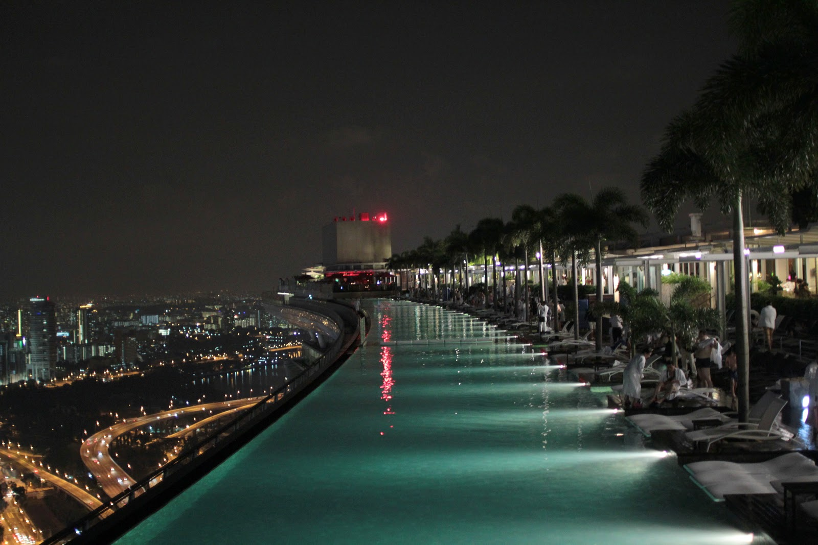 The chocolate bar the club marina bay sands hotel for Singapour hotel piscine sur le toit
