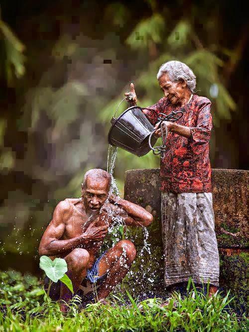 Tình yêu còn mãi với những người già (cụ ông cụ bà)