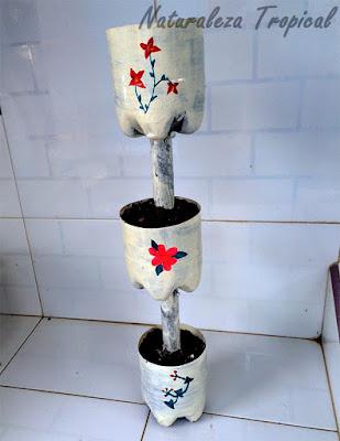 Pomos y madera decorados con pintura y rellenos de tierra