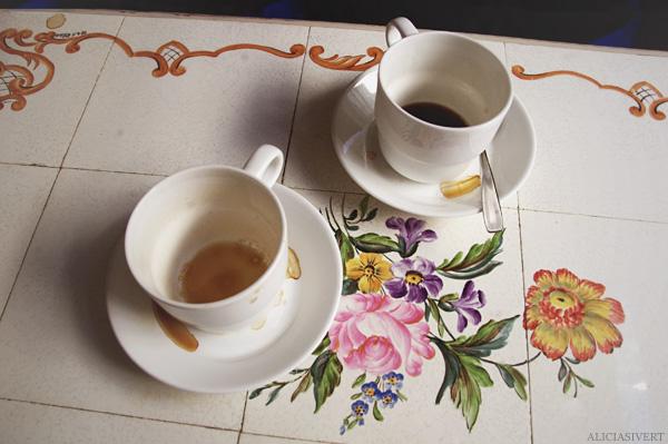 Vetekatten aliciasivert alicia sivertsson coffee cup cups fika kaffe kaffekopp kopp koppar kaffekoppar porslin målning blommor porcelain flowers flower painting