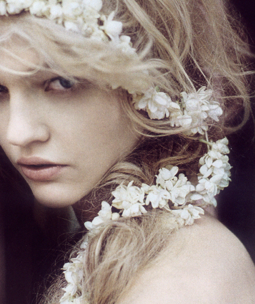 flower in her hair - photo #12