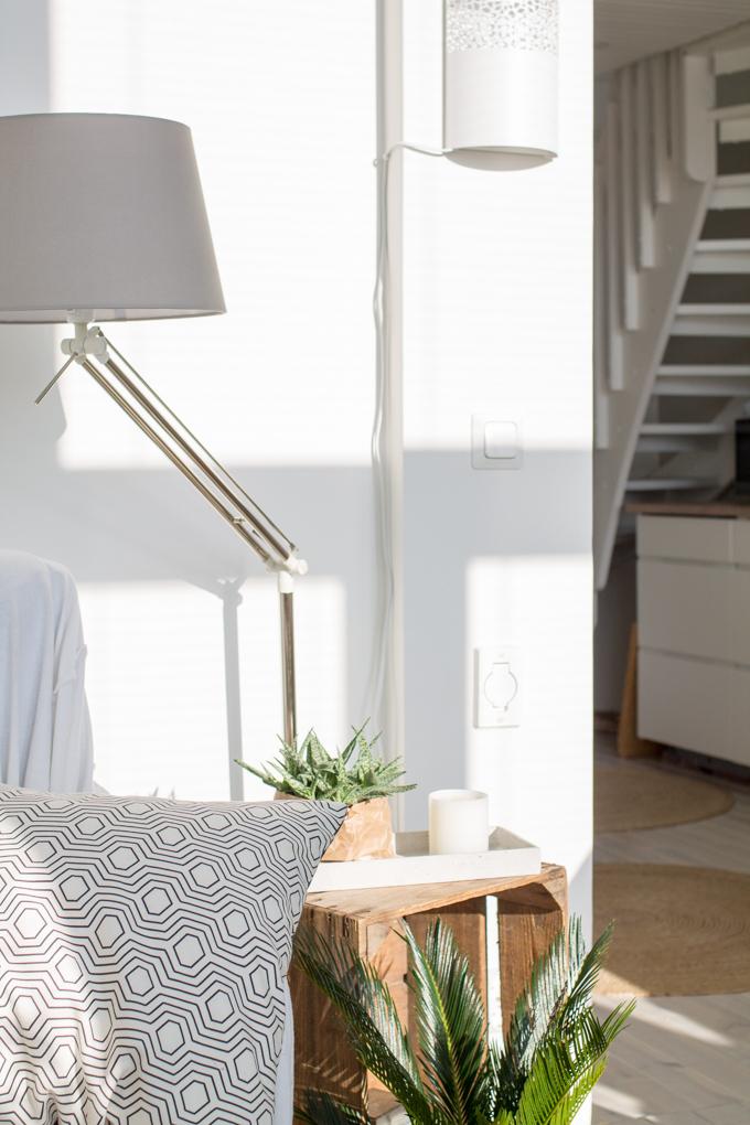 puulaatikko sisustuksessa aurinkoinen aamu seinävalaisin