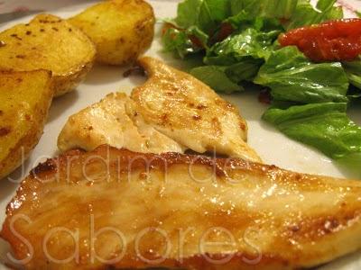 Bifes de Frango Dourados com Batatas Salteadas