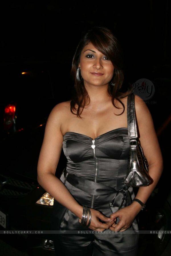 Curvy Urvashi Dholakia Hot  amp  Sexy Cleavage ShowUrvashi Dholakia