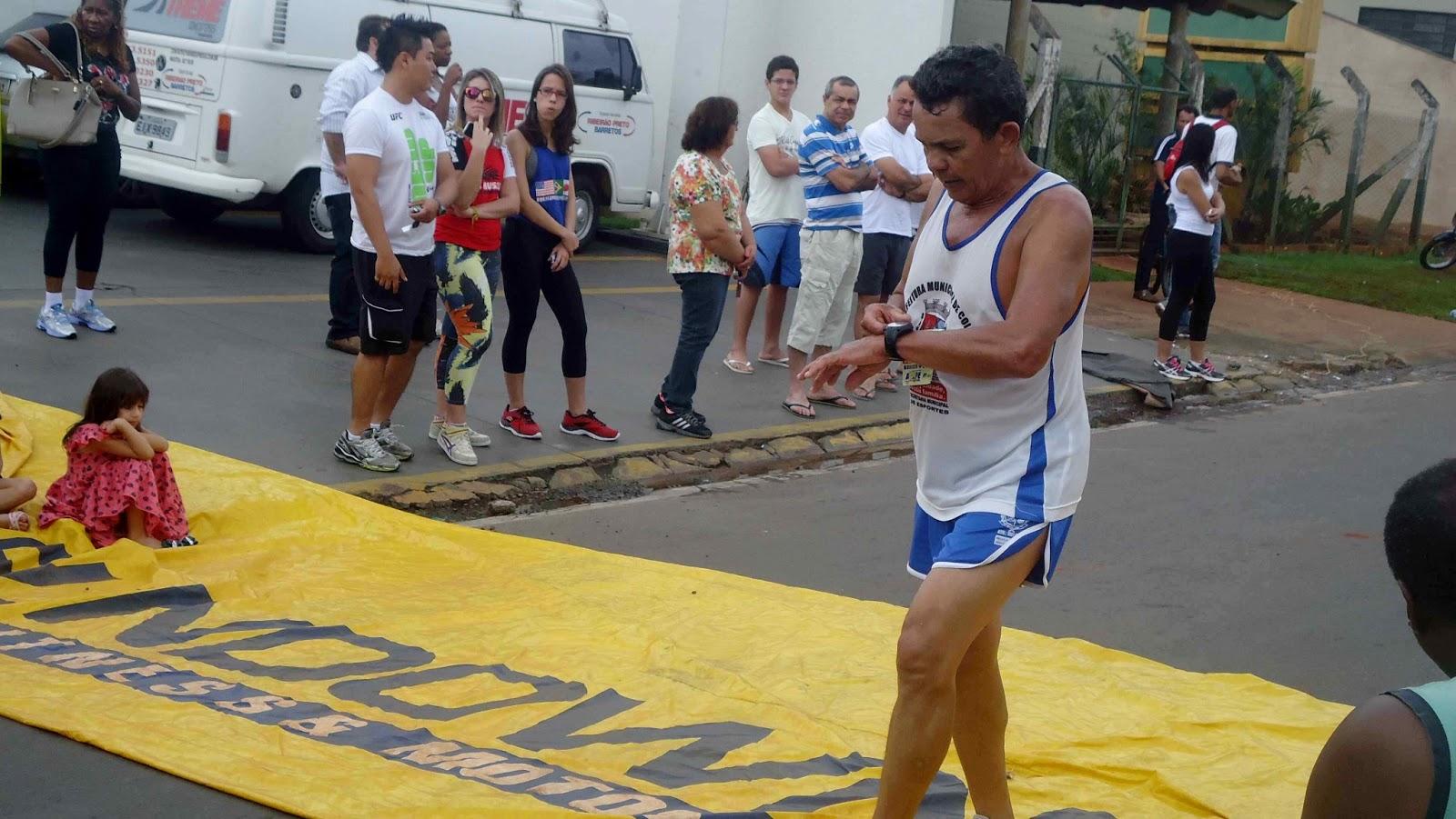 Foto 122 da 1ª Corrida Av. dos Coqueiros em Barretos-SP 14/04/2013 – Atletas cruzando a linha de chegada