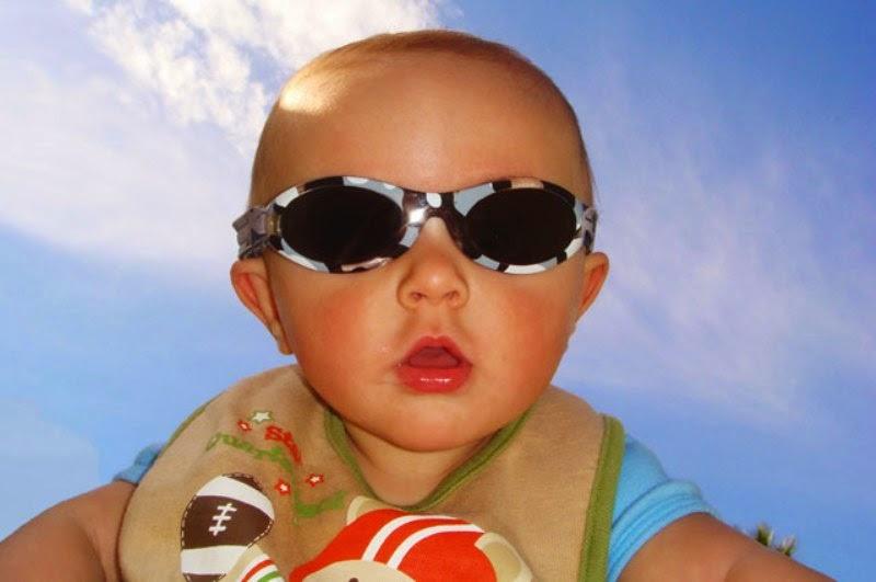 Foto bayi lucu memakai kacamata hitam