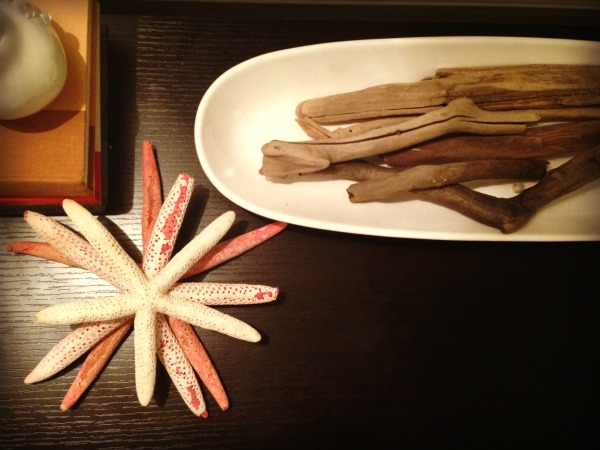 beach decor, starfish and driftwood as decorations