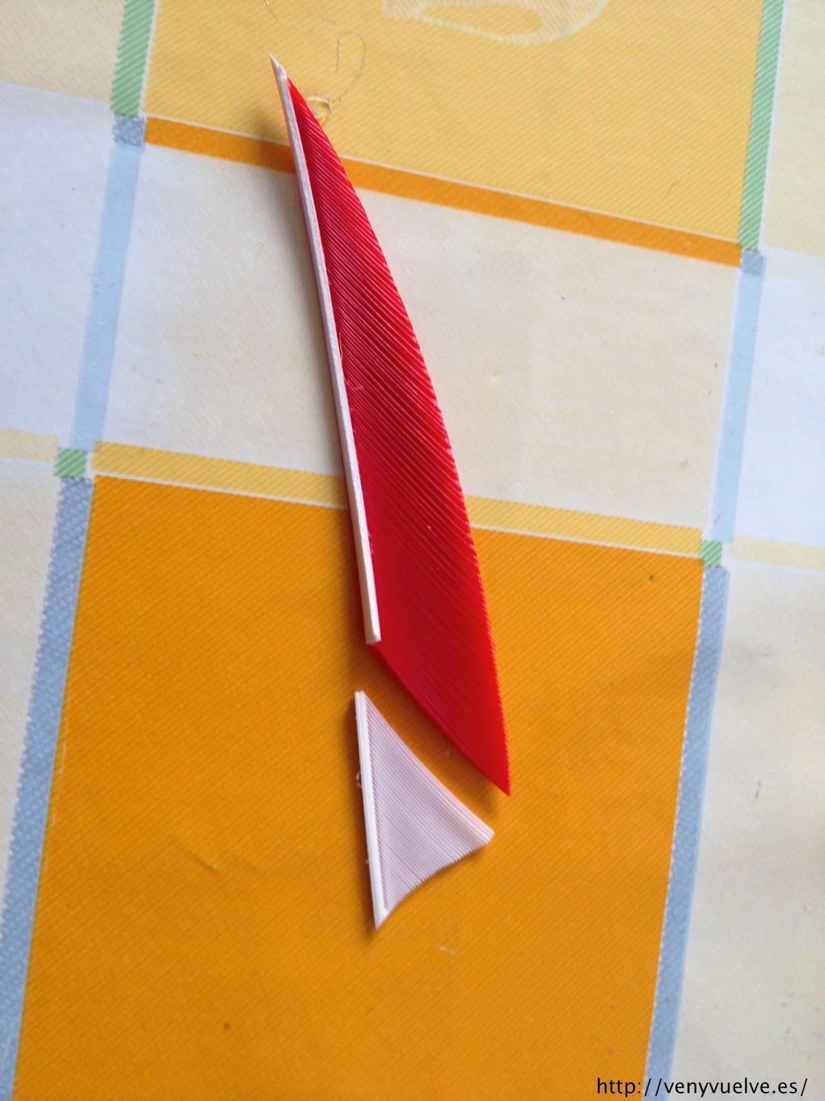 juntando los dos trozos cortados de las plumas