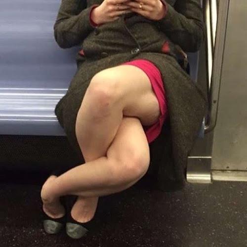 Mulher de pernas cruzadas no metrô viraliza com imagem curiosa