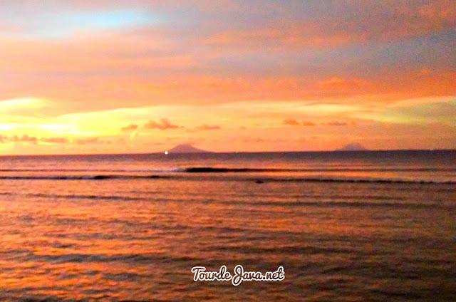 dari jauh tampak Gunung Krakatau
