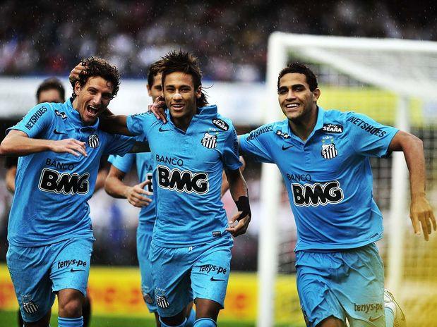 Neymar arrasa São Paulo marcando 3